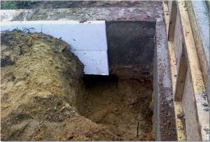 Первый слой скользящей сминаемой теплоизоляции заглубленного ленточного фундамента
