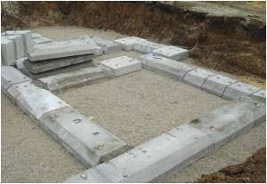 Монтаж плит ФЛ сборного ленточного фундамента