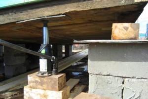 Подготовка площадки для домкрата при подъеме дома