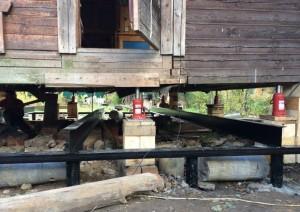 Изготовление ростверка под домом для замены фундамента винтовыми сваями