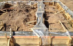 Укрывание бетона пленкой при заливке фундамента осенью