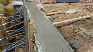 Заливка бетона для ленточного фундамента